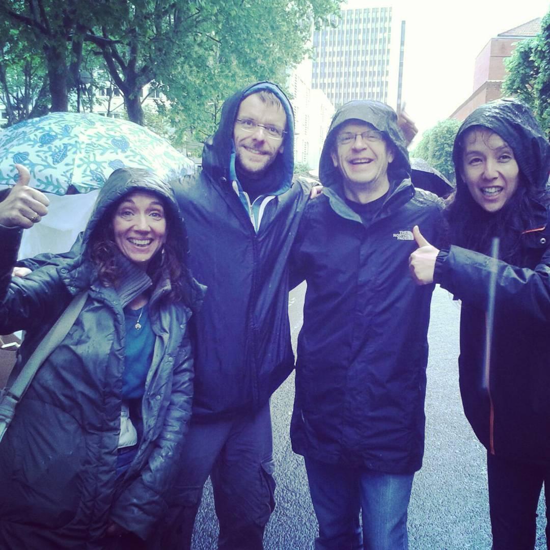 Les courageux affrontant la pluie pour le videgrenier au profithellip