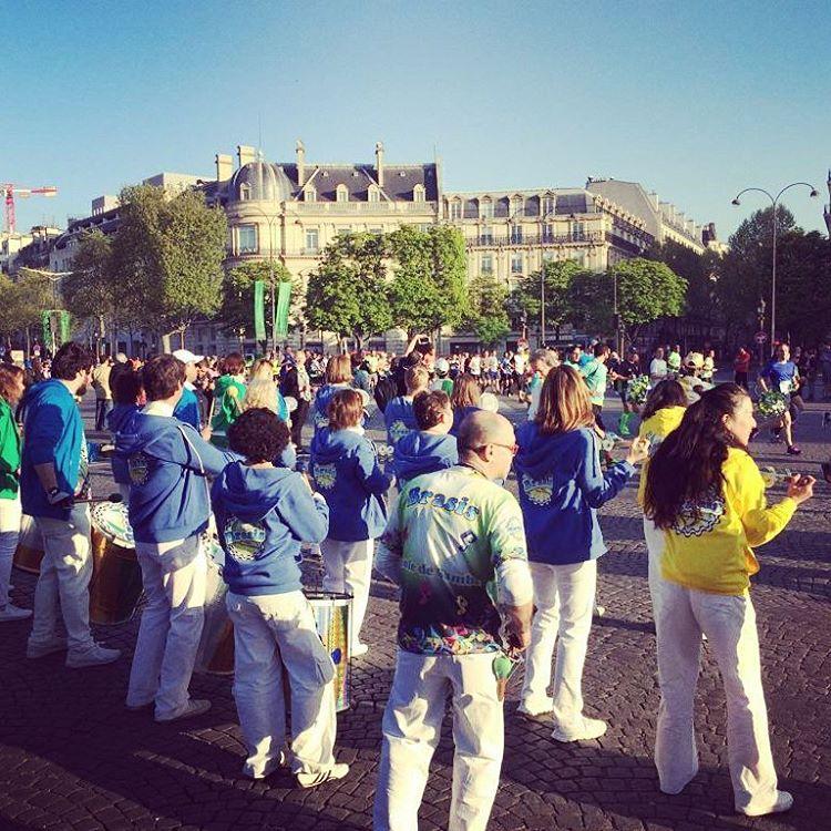 Brasis sur les Champslyses pour le marathondeparis batucada paris